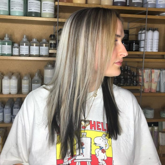Chica con cabello suelto y la tendencia High-Contrast hair