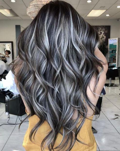Chica de cabello largo con efecto High-Contrast hair