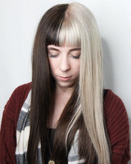 Chica de cabello largo mitad negro mitad beige
