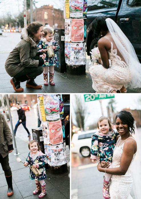 Mujer vestida de novia tomándose fotos con una niña que creyó que era una princesa