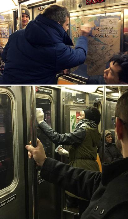 Personas borrando mensajes de odio mientras están en un vagón