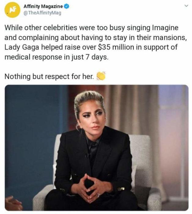 Lady Gaga sentada en un sofá ofreciendo una entrevista