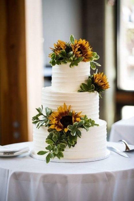 Pastel de boda con girasoles