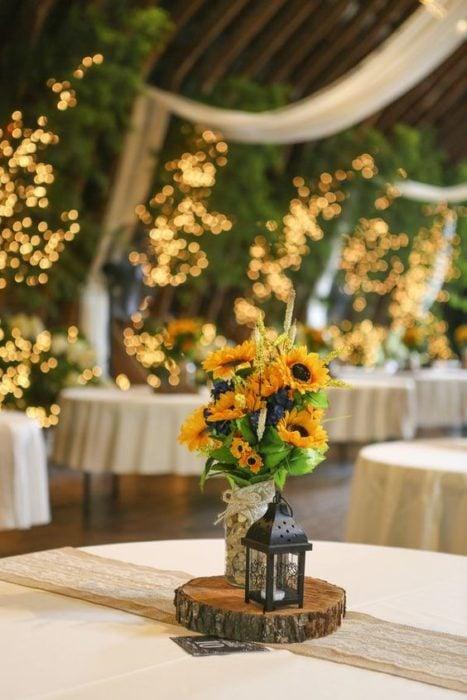 Centro de mesa de boda con girasoles