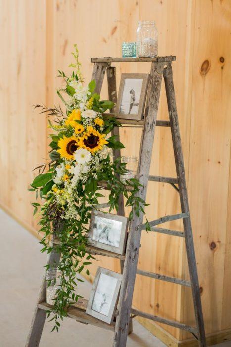 Escaleras rusticas con girasoles