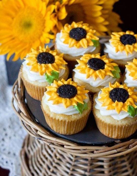 Cupcakes con betún en forma de girasol