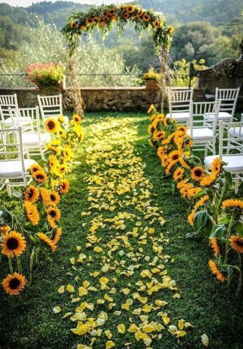 Altar de bodas con decoración de girasoles
