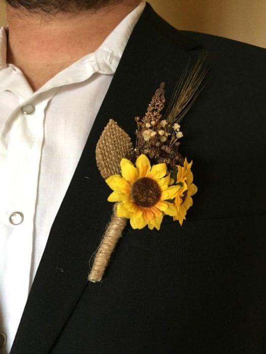 Prendedor de novio con girasoles
