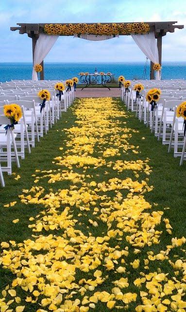 Altar de boda en mar con girasoles
