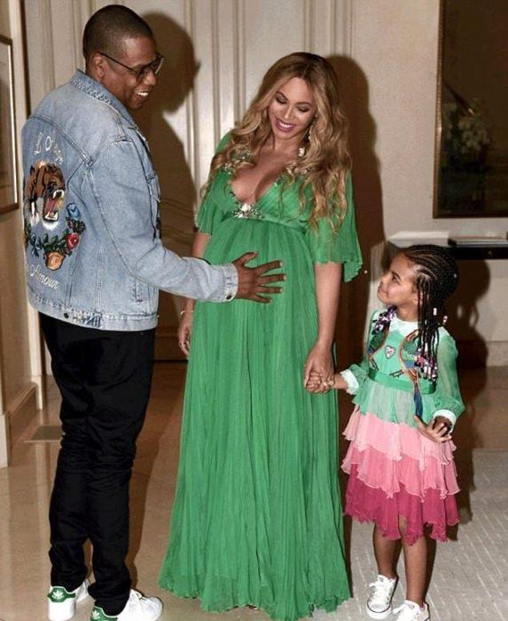 Jay Z con su hija y esposa embarazada