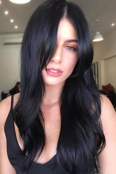 Chica luciendo un cabello teñido de color negro azabache