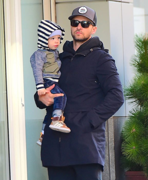 Justin Timberlake cargando a su hijo