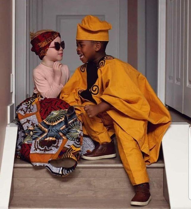 Kachi y Kamis sentados en las escaleras
