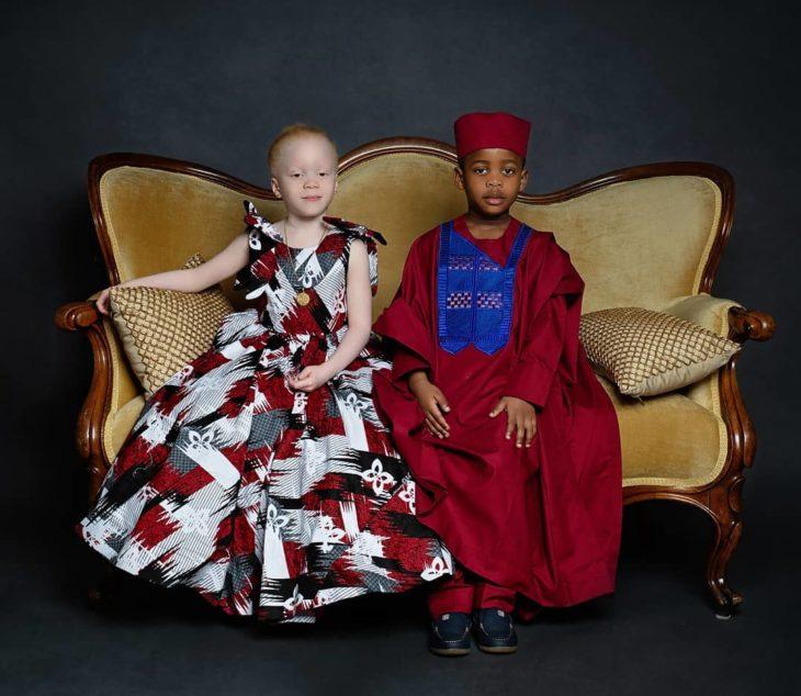 Kachi y Kamis sentados en un sofá usando ropa de gala