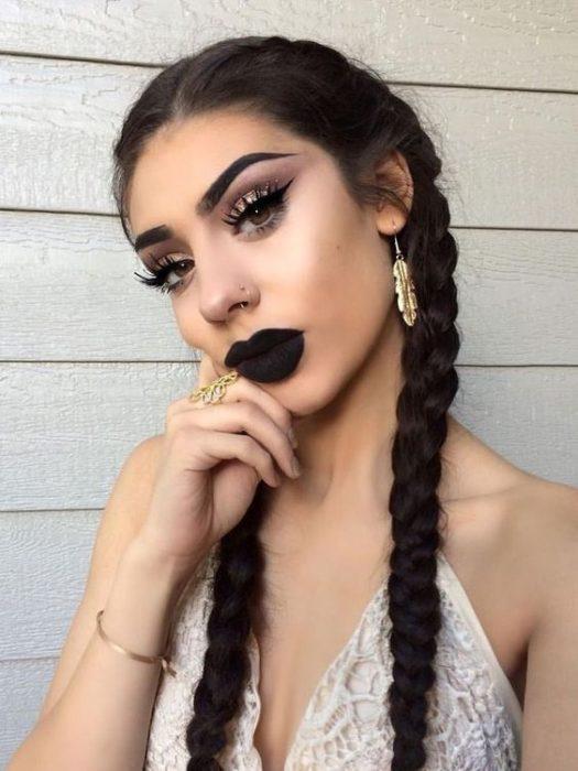 Chica blanca con cabello negro con trenzas y labial negro