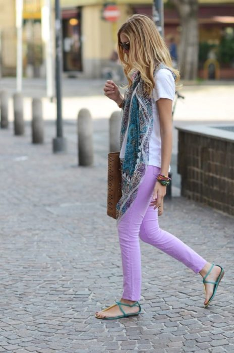 Chica usando jeans color lavanda