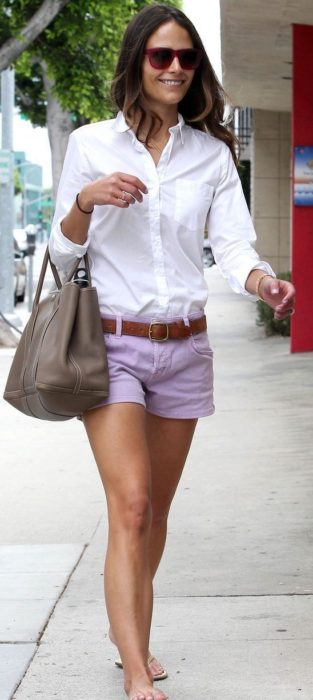 Chica usando shorts color lavanda y camisa blanca