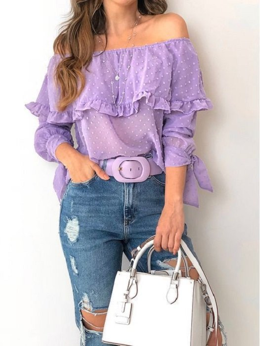 Chica usando blusa off the shoulder colo lavanda