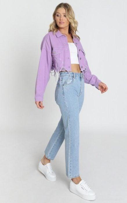 Chica usando chaqueta estilo denim en tonalidad lavanda