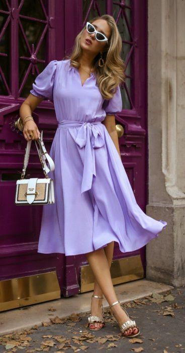 Chica usando un vestido clásico en tonalidad lavanda