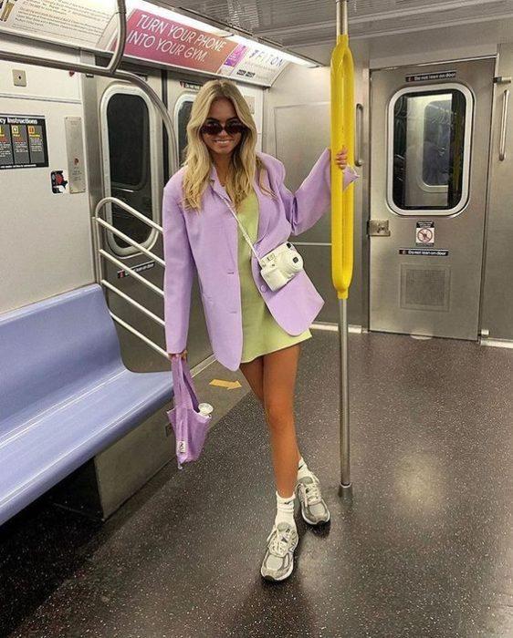 Chica usando blazer color lavanda
