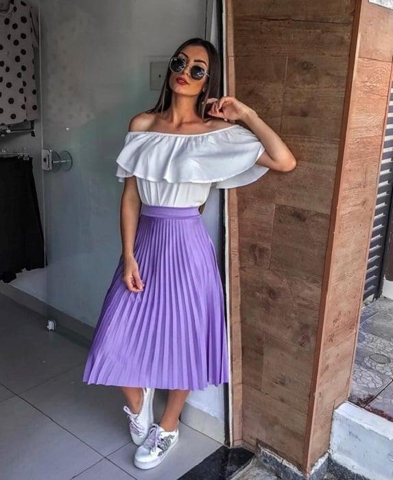 Chica usando maxi falda con blusa blanca