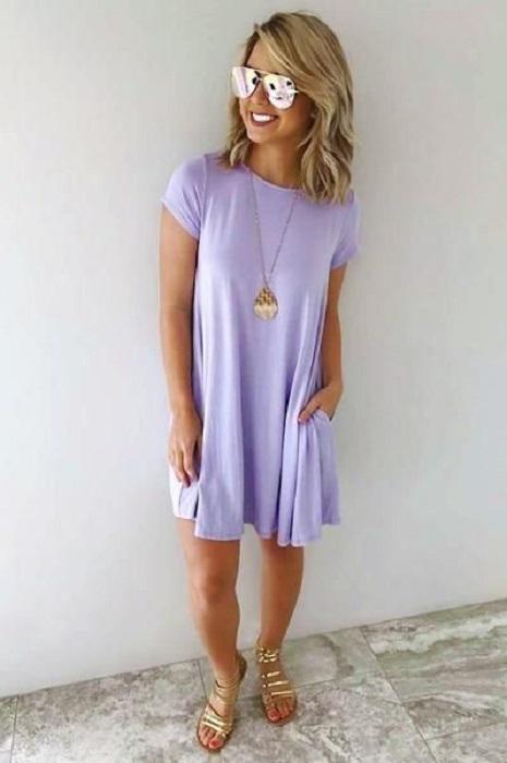 Chica usando vestido color lavanda holgado de manga corta