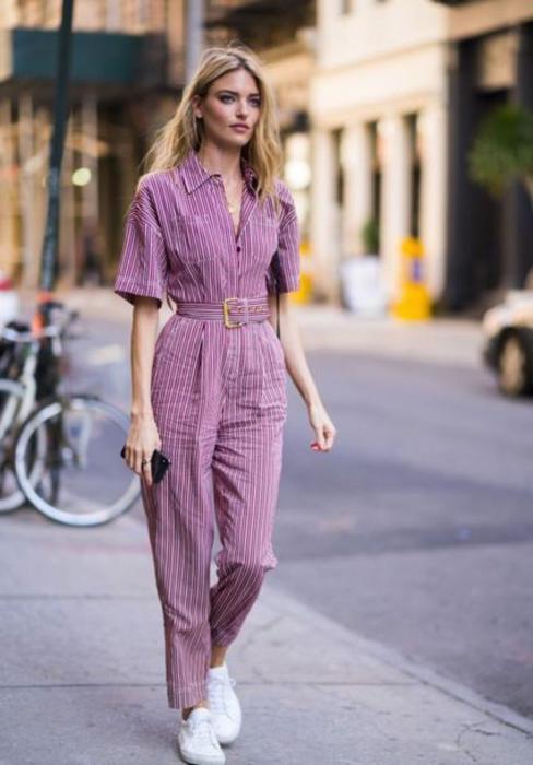 Chica usando un palazzo color lavanda, de manga corta