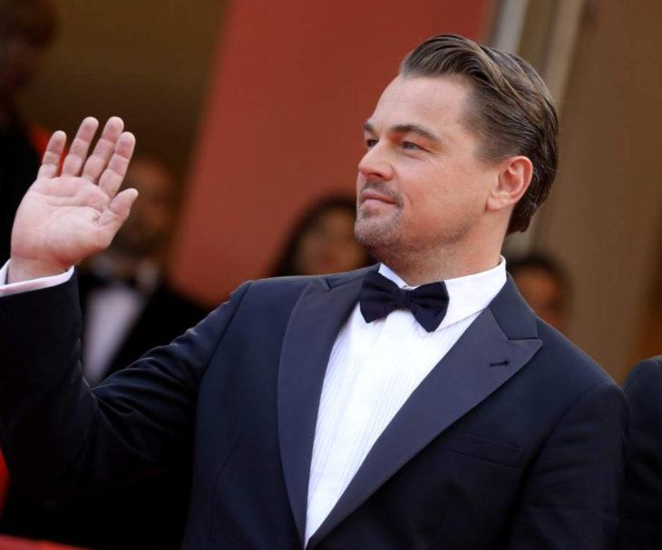 Leonardo DiCaprio con traje de gala y moño