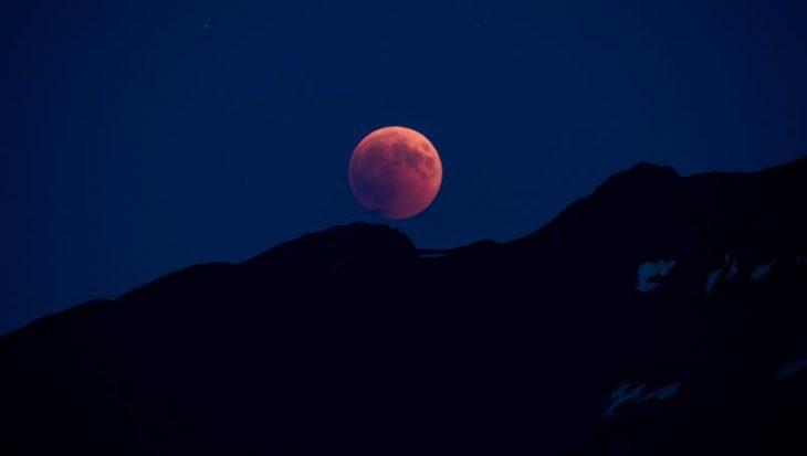 Eclipse lunar, con tonalidades rosas