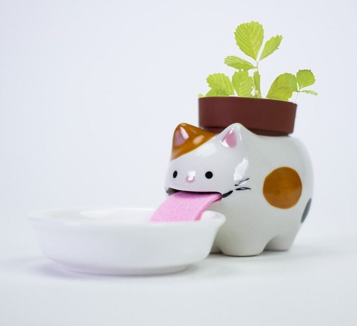 Maceta en forma de gato que bebe agua