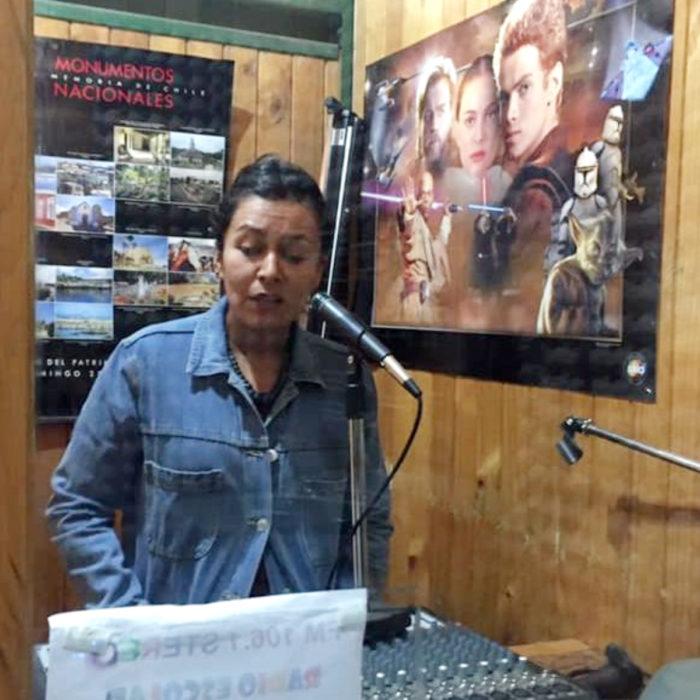 Teresa Venegas maestra de historia da clases por radio a alumnos sin internet