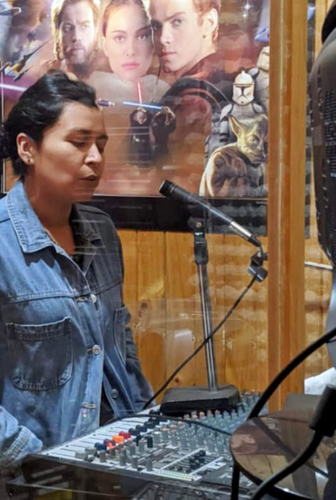 Teresa Venegas maestra de historia da clases por la radio a alumnos sin internet
