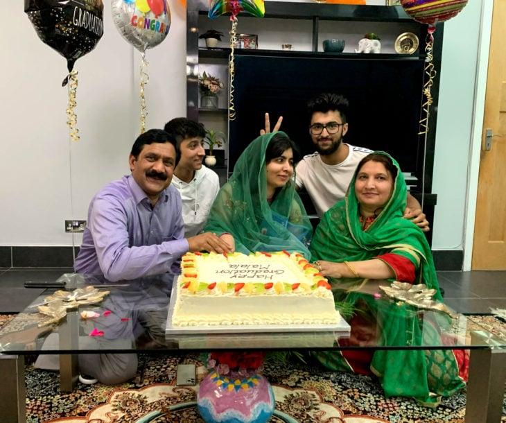 Malala Yousafzai se gradúa de la Universidad de Oxford; familia celebrando con pastel y globos