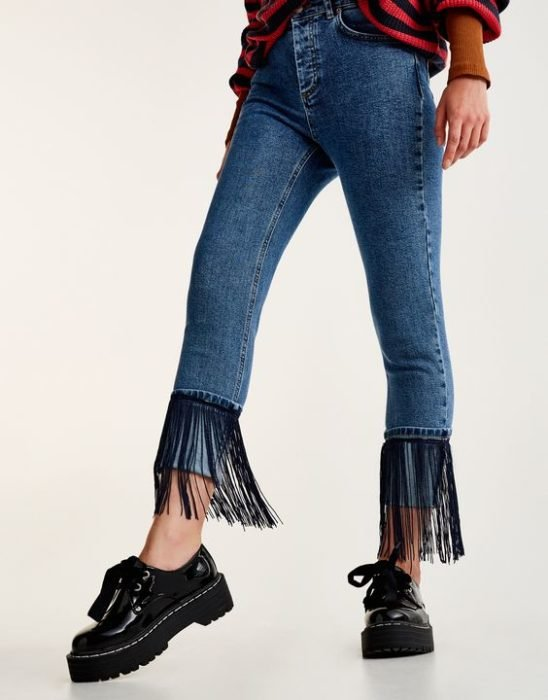 Jeans with low fringes on the cuffs in black