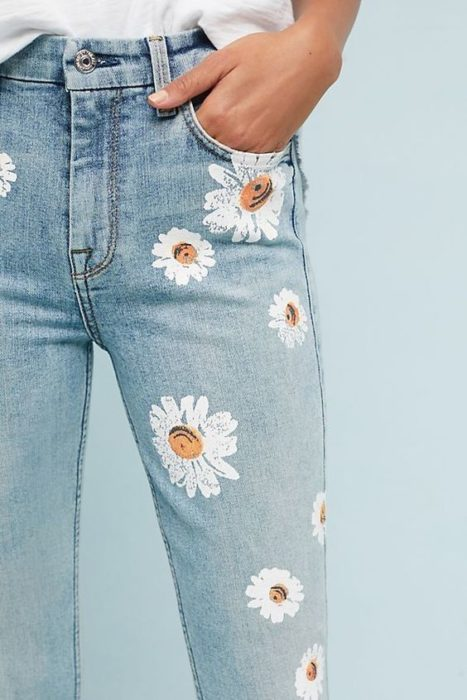 Light jeans decorated with daisies