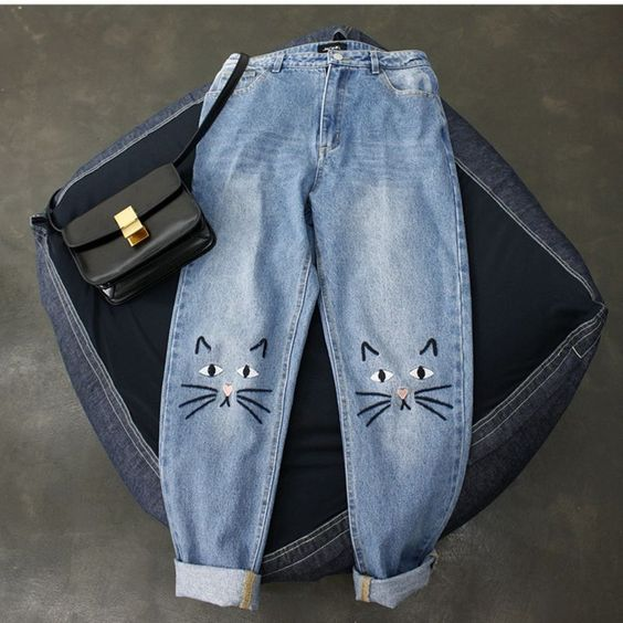 Jeans decorados con siluetas de gato en las rodillas