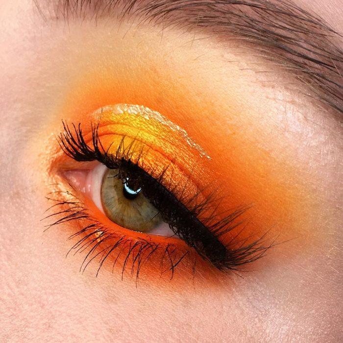 Maquillaje de ojos con tonalidades naranjas