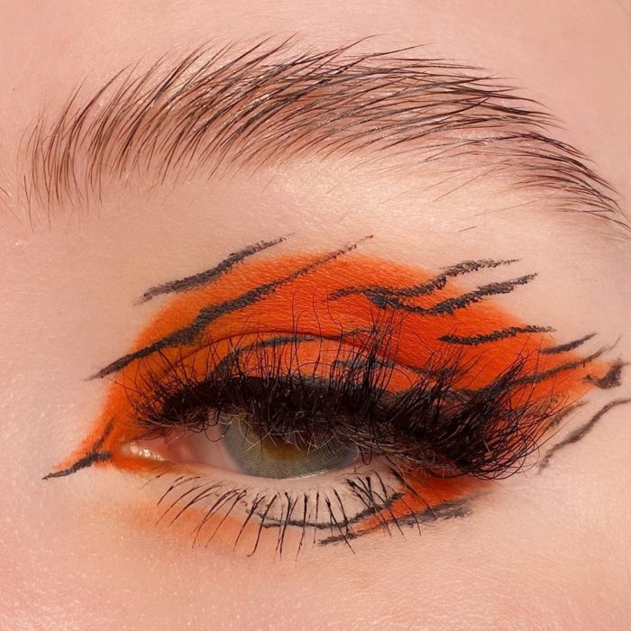 Eye makeup with orange tones in the tiger style