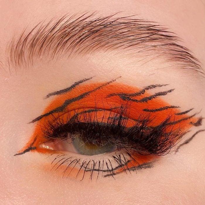 Maquillaje de ojos con tonalidades naranjas al estilo tigre