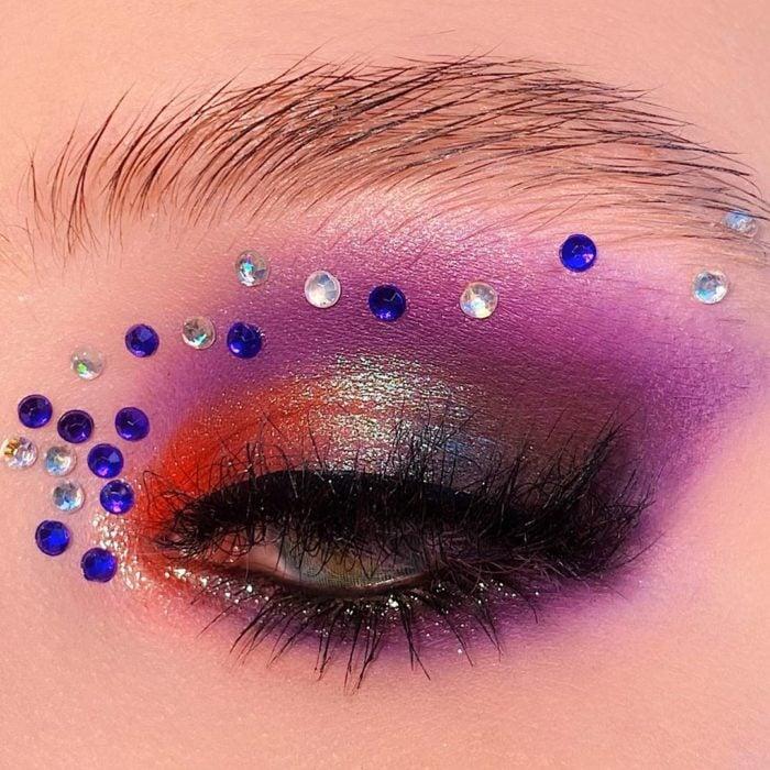 Maquillaje de ojos con tonalidades morada y azul