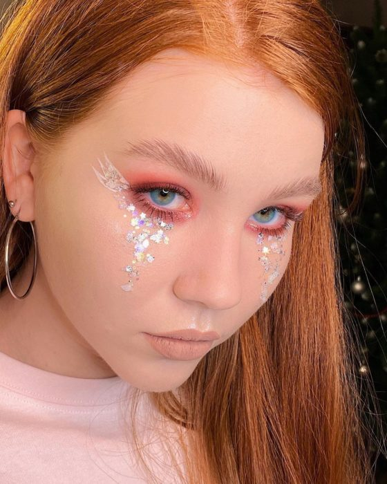 Eye make-up with rosy shades and hologram effect