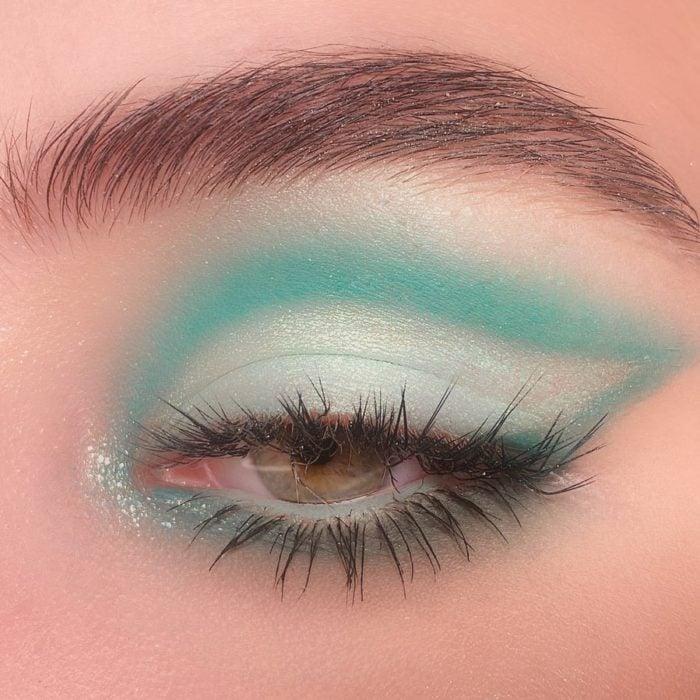 Maquillaje de ojos con tonalidades aqua