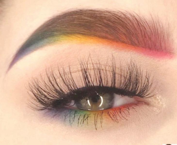 Maquillaje de arcoíris en colores azul, morado, amarillo, naranja, rosa, delineado bajo ceja y parpado inferior