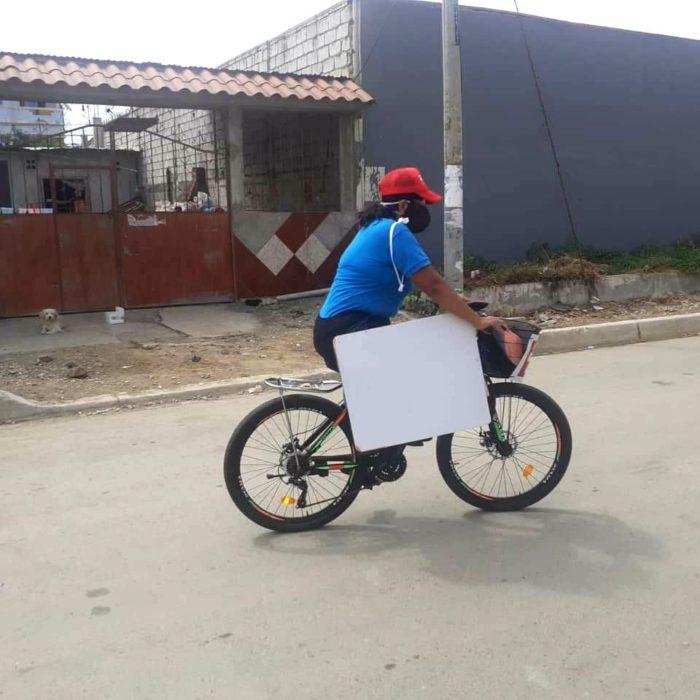 Carolina Espinoza maestra que viaja en bicicleta para dar clases