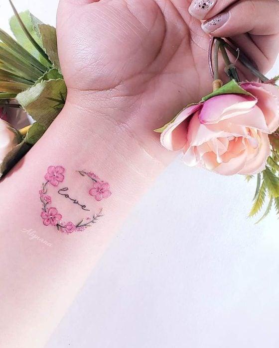 Mini tatuaje de corona de cerezos