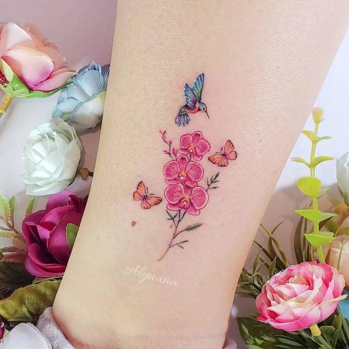 Mini tatuaje de orquídeas, mariposas y colibrí