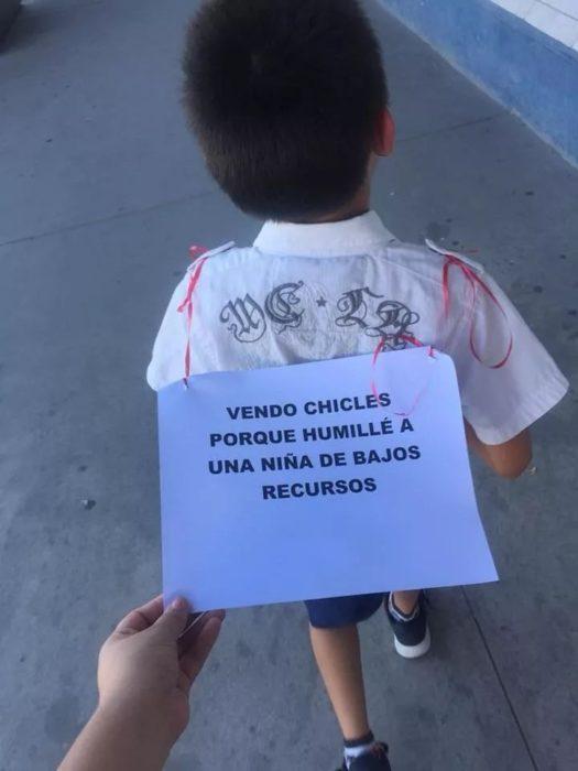Niño con letrero que le puso su tía