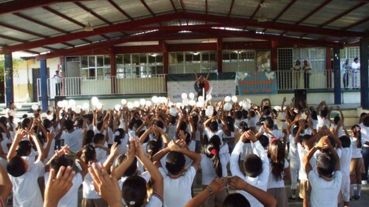 Niños de primaria en actividad de festival