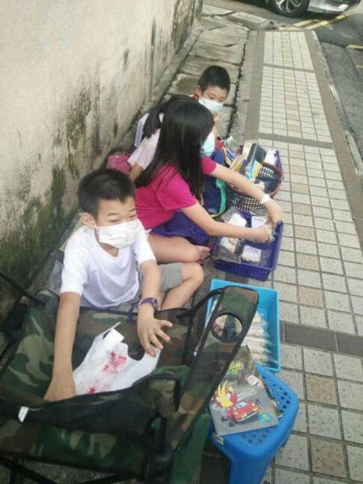 Niños vendiendo fideos